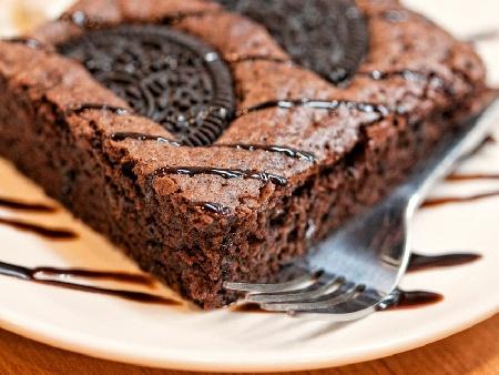 Шоколадов брауни сладкиш с какао и бисквити Орео за десерт - снимка на рецептата